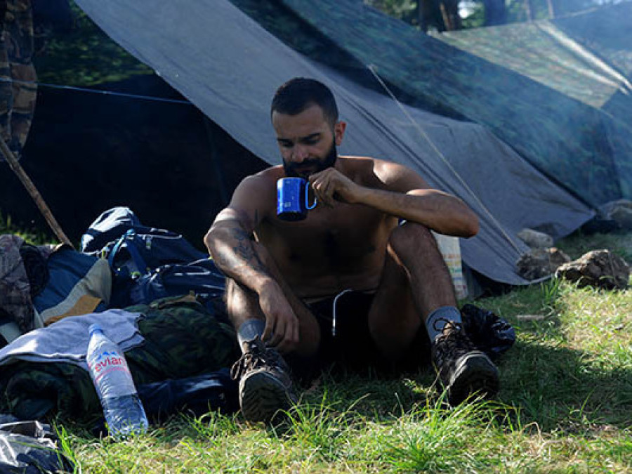 Homme assis stage expérience survie