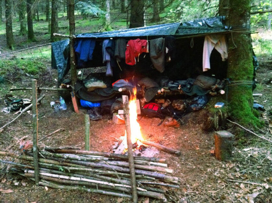 Feu de camp survie forêt