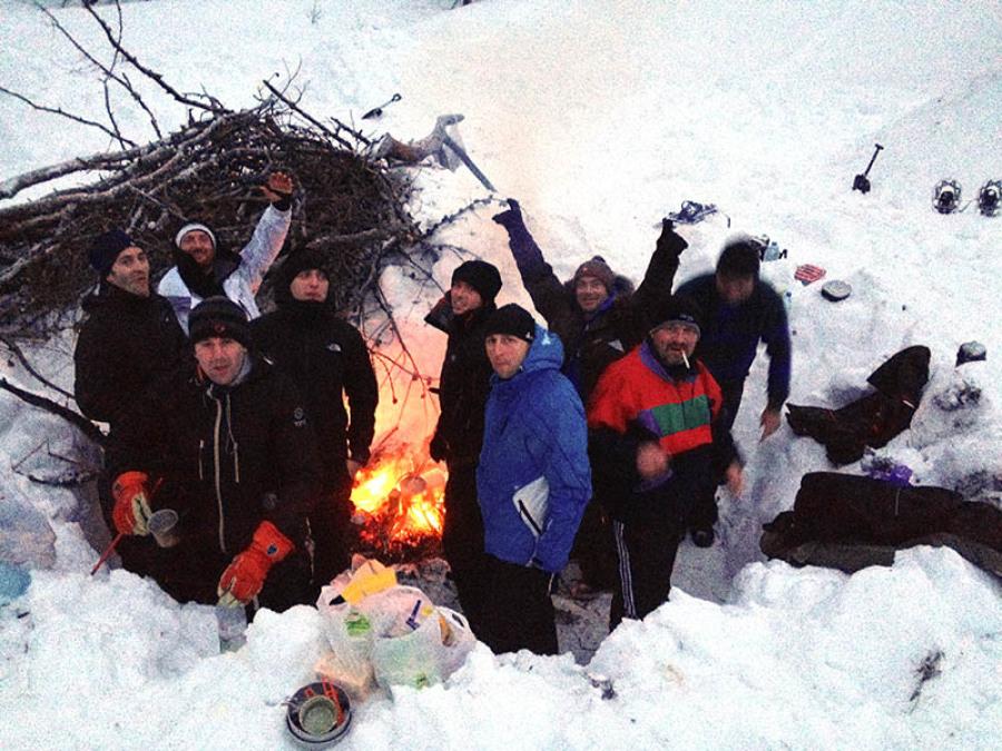 Feu de camp neige survie