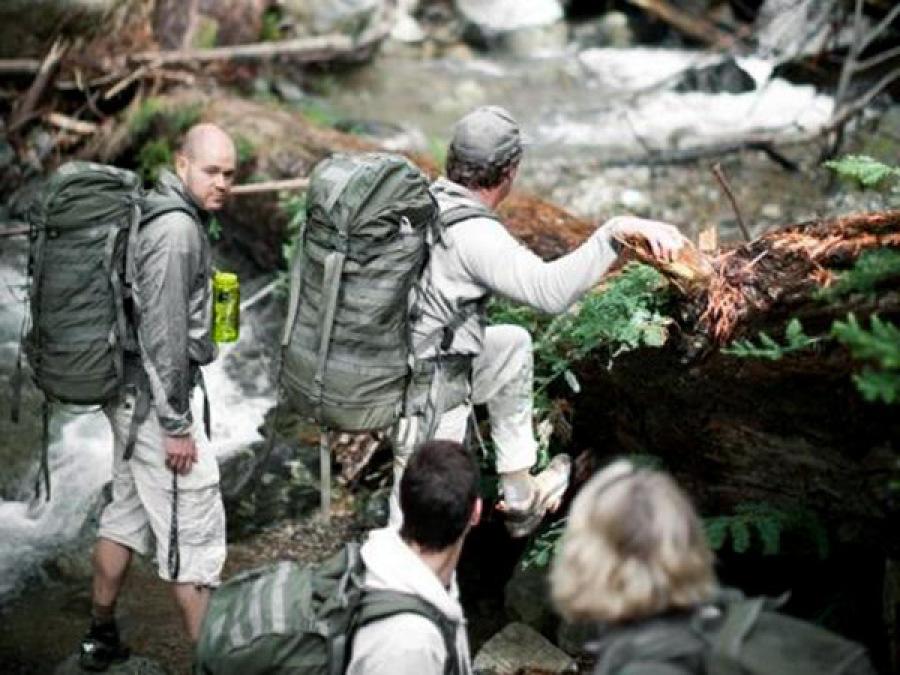 Homme marche sac à dos forêt survie