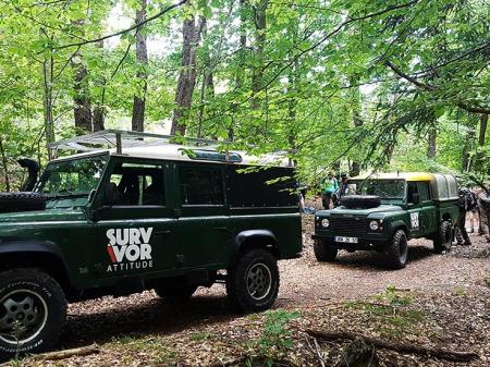 4x4 defender forêt survie